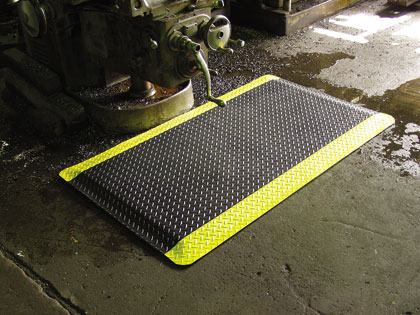 photo of diamond plate antifatigue mat in an industrial shop